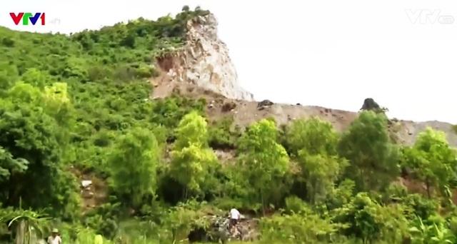 Những hòn đá có thể rơi bất cứ lúc nào đe dọa tính mạng, tài sản của người dân quanh vùng.