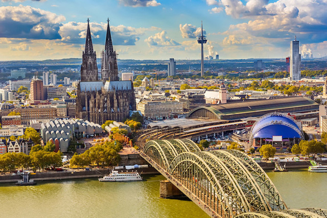 Nhà thờ Cologne - một kiệt tác được xây dựng vào năm 1248, có diện tích 6.166m2 với 56 cột trụ khổng lồ (Ảnh: touropia)