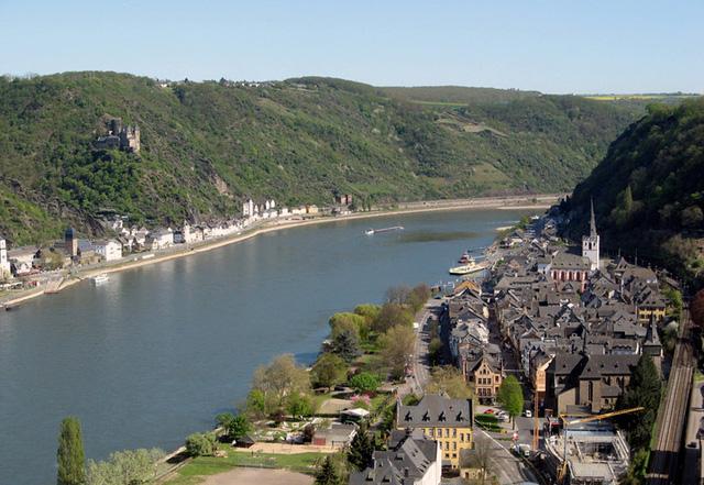 Sông Rhine lãng mạn với những lâu đài và vườn nho xanh tươi, thơ mộng trải dài hai bên bờ. (Ảnh: touropia)