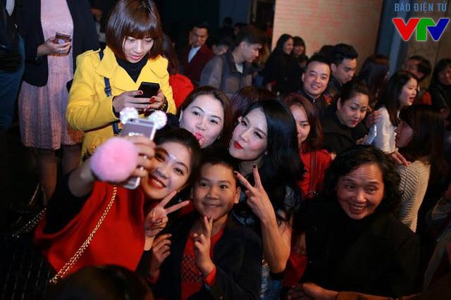 Rất đông khán giả có mặt trong đêm nhạc Giữ lại hạnh phúc để chia sẻ cùng Thu Phương.