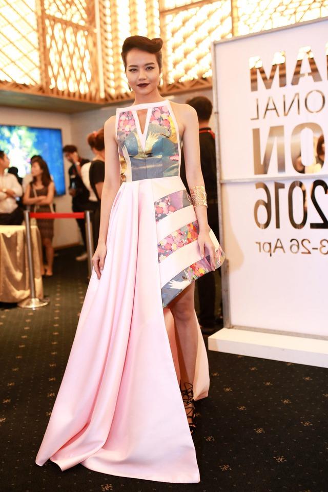 Người mẫu Kiều Ngân khoác lên mình bộ váy bất đối xứng của Cory kết hợp cùng phong cách trang điểm vô cùng cá tính