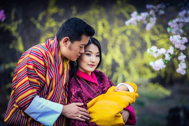 Cặp đôi hoàng gia Bhutan và hoàng tử bé. (Ảnh: Facebook Quốc vương Jigme Khesar Namgyel Wangchuck).