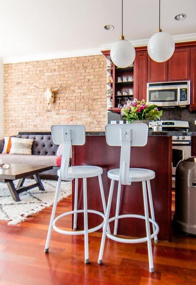 Khu vực bếp được thiết kế gọn gàng như một quầy bar thu nhỏ.
