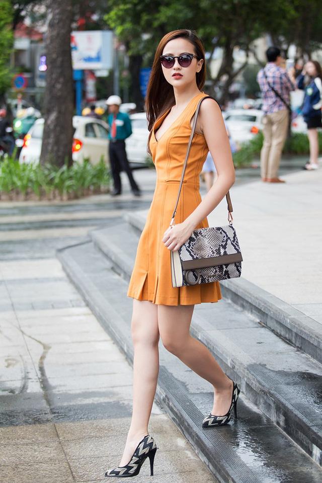 Bộ ảnh mới của nữ người mẫu 22 tuổi được thực hiện trên đường phố. Thí sinh diện những set trang phục sành điệu để làm mới phong cách.