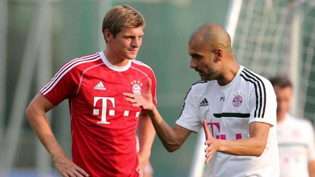 HLV Guardiola (áo trắng) rất khát khao có được Kroos trong đội hình của Man City mùa tới. Ảnh: Bild