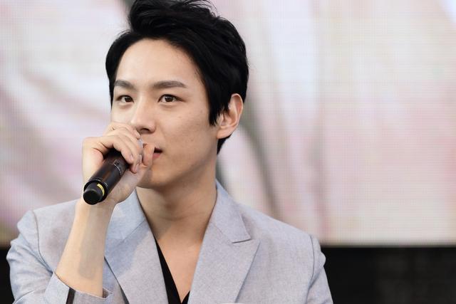 Kwak Si Yang là diễn viên trẻ mới nổi của Hàn Quốc. Anh sinh năm 1987, bắt đầu diễn xuất vào năm 2014.