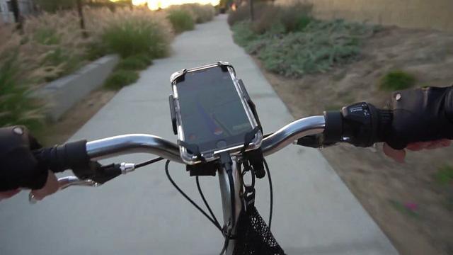 Sử dụng xe đạp vừa giúp rèn luyện sức khỏe, vừa tăng thêm tính cơ động khi đi săn Pokémon (Ảnh: LifeHacker)