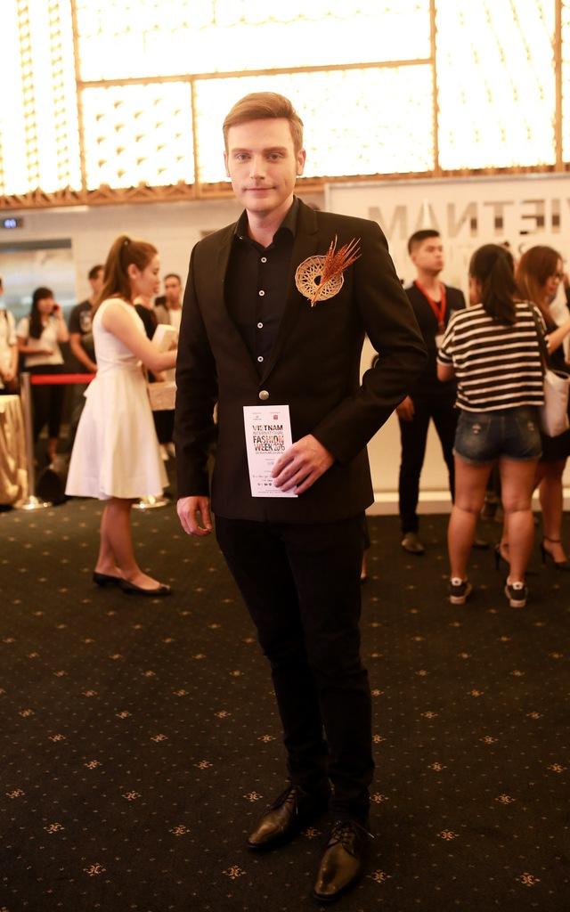 Nam ca sĩ Kyo York điển trai trong bộ vest đen với điểm nhấn rất lúa, rất đỗi Việt Nam trên ngực áo