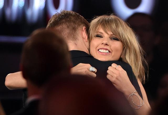 Gương mặt ngập tràn hạnh phúc của Taylor khi ôm Calvin giờ đã là quá khứ.