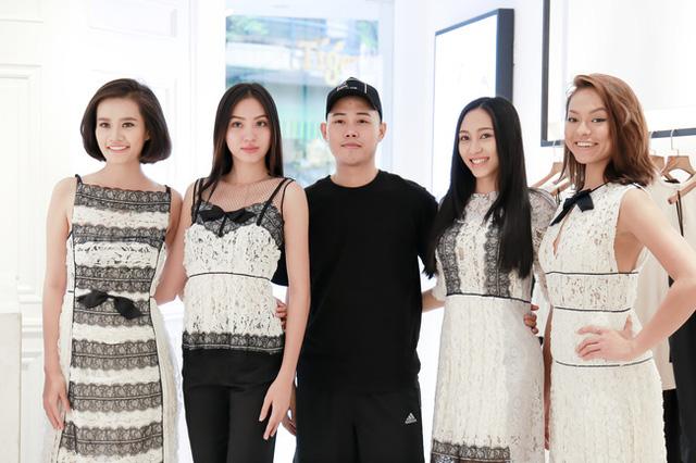 Cả đội Lan Khuê đã hội ngộ và có buổi thử trang phục với NTK Lâm Gia Khang trước giờ diễn ra show thời trang của anh.