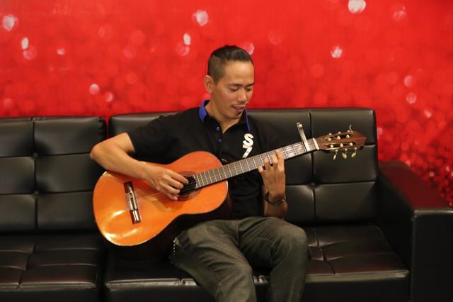 Anh chàng Lê Đình Cần sẽ tiếp tục trổ tài ca hát và đánh đàn guitar qua một ca khúc tiếng Anh nhẹ nhàng, sâu lắng.