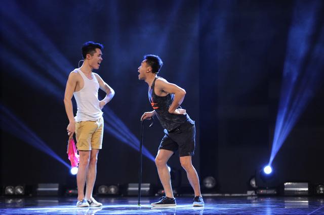 Bộ đôi thí sinh Lê Linh - Lê Tiến tập luyện cho màn song ca giả giọng nam và nữ.