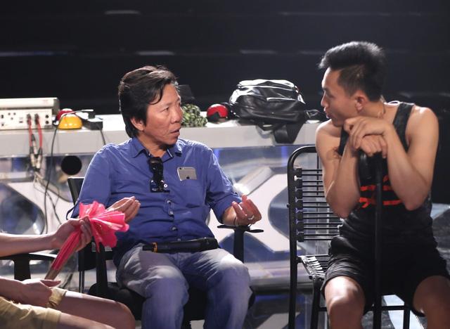 Đạo diễn Nguyễn Tranh trao đổi với thí sinh để giúp tạo nên các tiết mục ấn tượng trong đêm thi.