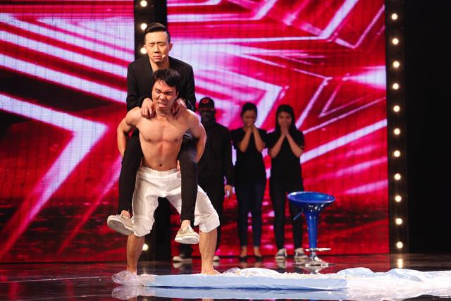 Màn khí công của Lê Minh Tấn Trung gây hồi hộp khi anh mạo hiểm cõng thêm cả giám khảo Trấn Thành để đi trên mảnh chai thủy tinh.