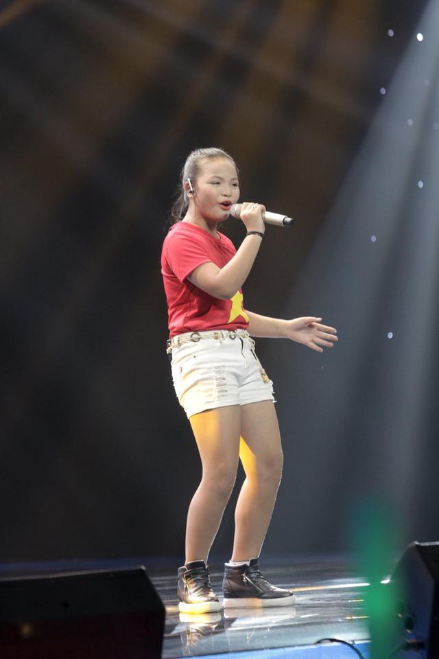 Lê Võ Thùy Dung thể hiện đầy nội lực và cảm xúc ca khúc Lá cờ với nội dung ý nghĩa.