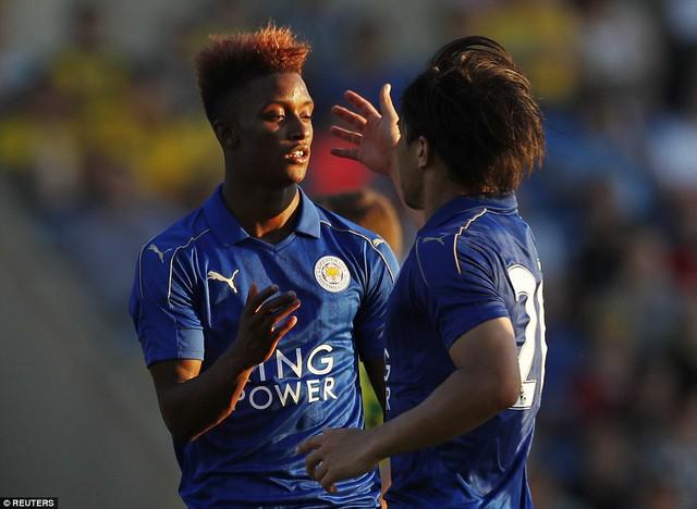Demarai Gray ăn mừng bàn thắng cho Leicester City
