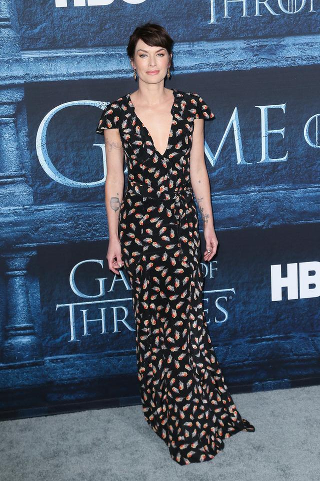 Lena Headey nữ tính và không kém phần nổi bật với thiết kế vintage của Carolina Herrera.