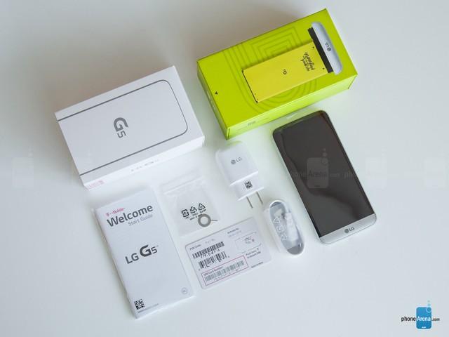 LG G5 và các phụ tùng đi kèm bên trong hộp (Ảnh: Phone Arena)