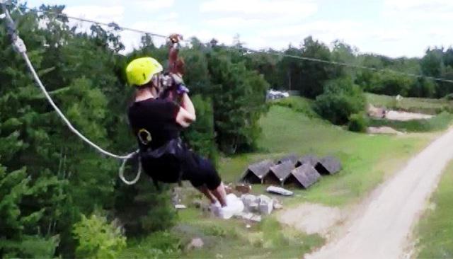 Cụ bà Linda Watkins và màn zipline mạo hiểm. Ảnh: CNN