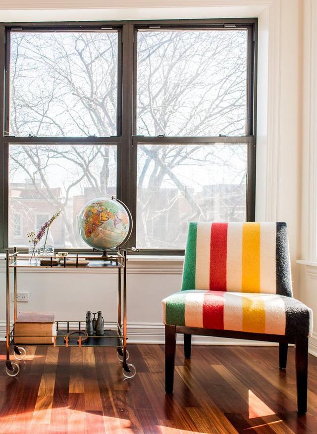 Cửa sổ lớn giúp không gian đón ánh sáng tự nhiên, tạo cảm giác thư thái.