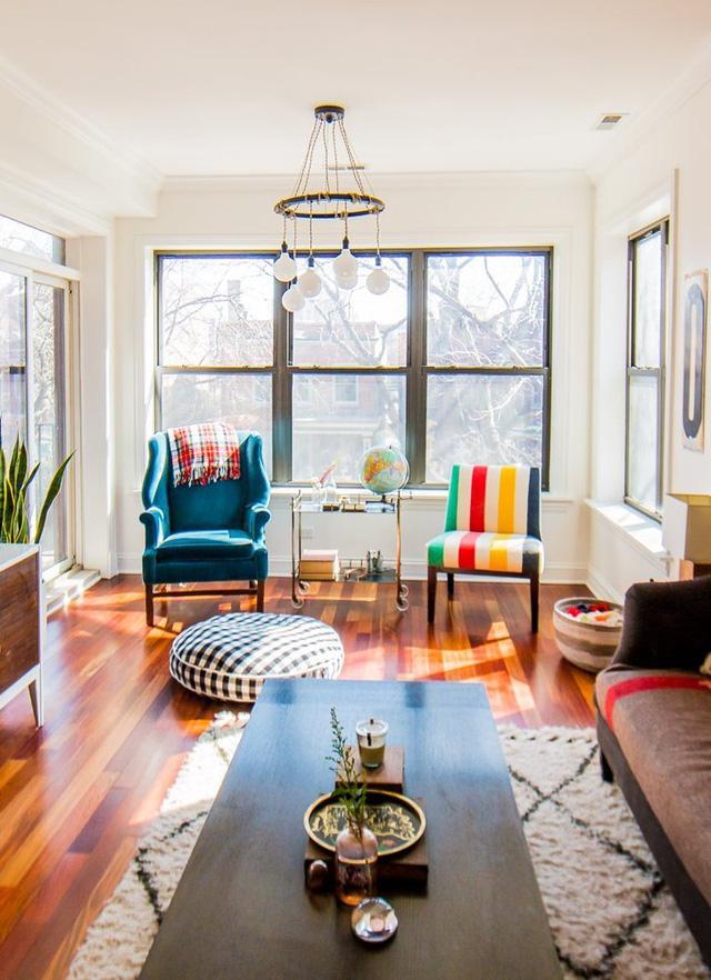Không gian căn hộ vô cùng nổi bật với màu sắc hút mắt và ánh sáng ngập tràn.