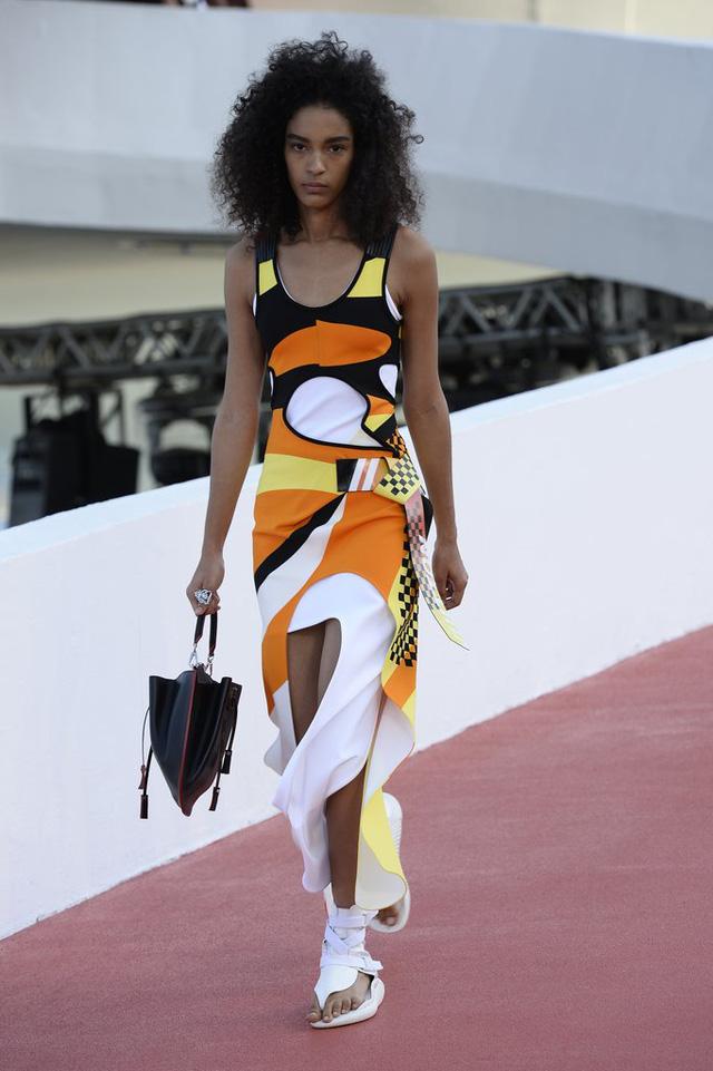 Một thiết kế váy mang sắc màu mùa hè nổi bật của Louis Vuitton.