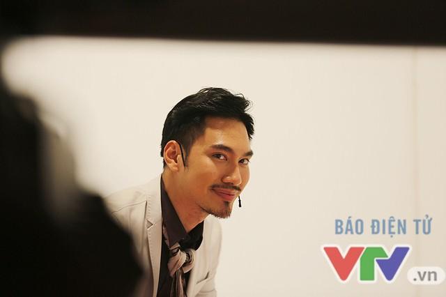 Lý Quí Khánh tạo dáng trước ống kính của phóng viên VTV News trước khi bước vào thử thách tại Căn phòng bí mật.