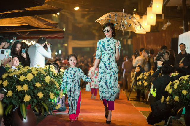 Ngoài các mẫu áo dài trong BST, Ngọc Hân còn chăm chút tỉ mỉ cả những phụ kiện ứng dụng như vali, ô, túi xách. Tất cả cũng được in hoạ tiết đồng điệu với từng mẫu áo dài.