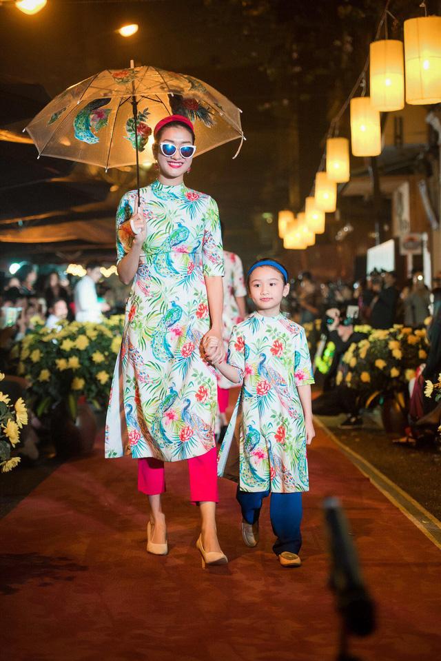 Những tà áo dài cách tân dường như thêm hiện đại và thời trang khi được cô kết hợp cùng với quần cullot - một mẫu quần rất được các bạn trẻ ưa chuộng hiện nay.