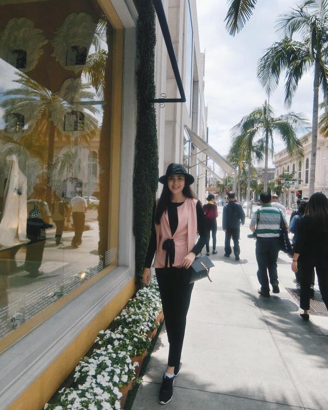 Mai Ngọc đi dạo tại Beverly Hills.