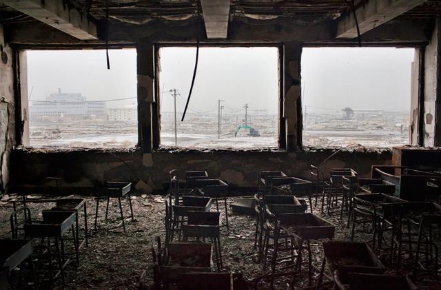 Bàn ghế gãy đổ trong lớp học tại trường Tiểu học Kadonowaki, Ishinomaki, Nhật Bản. (Ảnh: Getty Images)