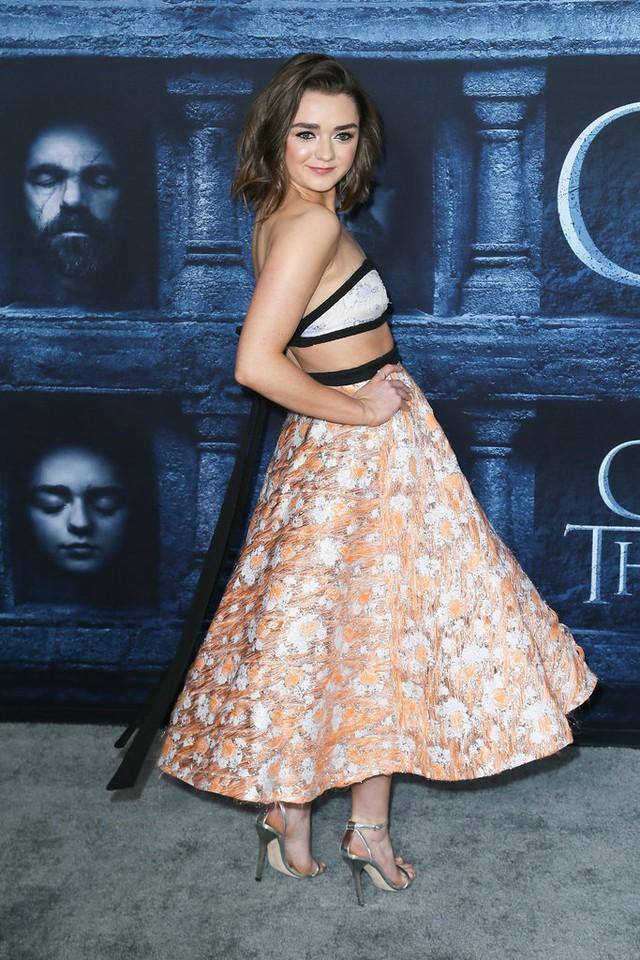 Maisie Williams gợi cảm với crop top và chân váy xòe.