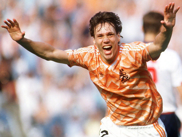 11 - Marco van Busten. Đương kim HLV Ajax từng được đánh giá là một trong những chân sút xuất sắc nhất lịch sử bóng đá thế giới. Euro 1988 là năm đáng nhớ đối với Marco van Busten cũng như những đồng đội trong đội hình Những người Hà Lan bay. 5 bàn thắng của Marco van Busten (trong đó có cú volley tuyệt phẩm trong trận chung kết), đã góp phần không nhỏ cho ngôi vị thống trị châu Âu của Hà Lan năm đó.
