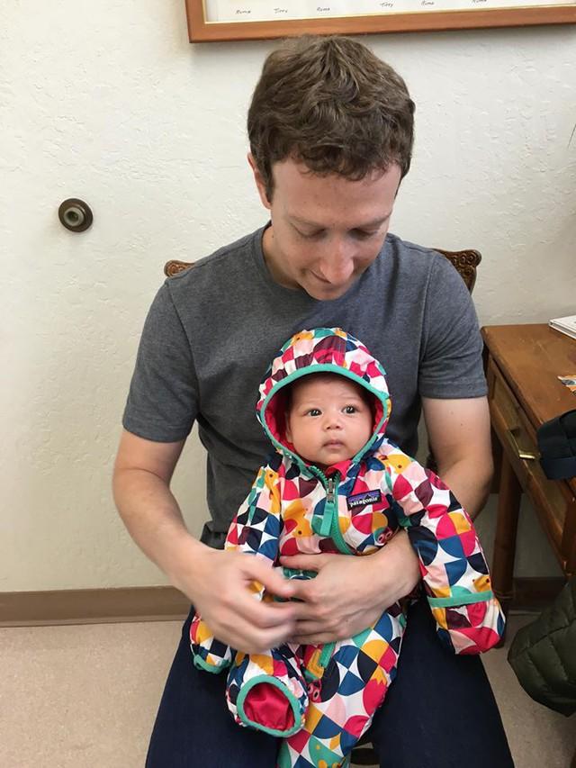 Mark Zuckerberg đưa con gái đi tiêm phòng.
