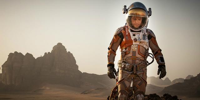 Bộ phim The Martian là bộ phim hấp dẫn mang đề tài về vũ trụ. Tác phẩm của đạo diễn Ridley Scott và tài tử Matt Damon chính là một bất ngờ lớn với cả giới chuyên môn lẫn khán giả vào năm 2015. Phim hứa hẹn cũng sẽ làm nên chuyện ở Quả cầu vàng 2016.