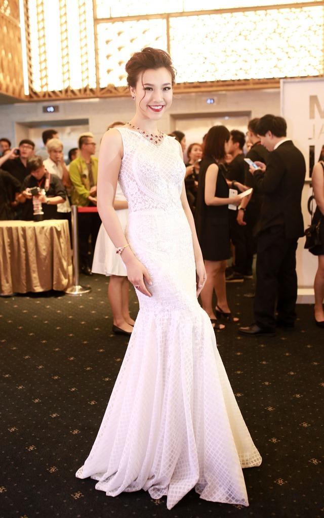 MC Hoàng Anh tinh khôi trong bộ váy trắng dáng đuôi cá của NTK Trương Thanh Hải