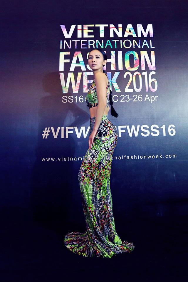 MC Huyền Ny khoe vòng eo thon cùng vòng 3 gợi cảm trong trang phục có họa tiết lạ mắt của Versace