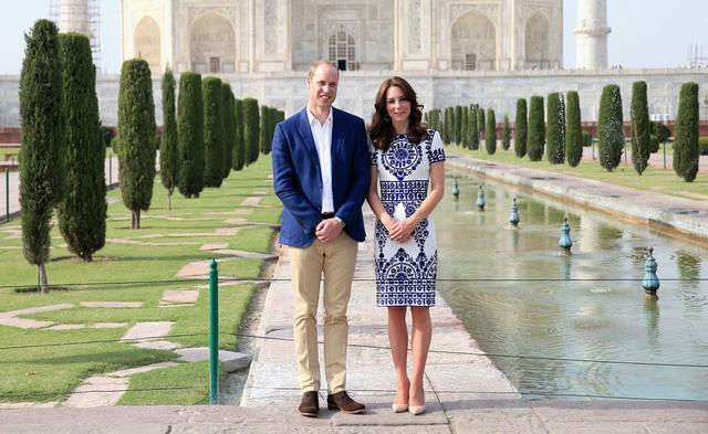 Công nương Kate với chiếc váy mang gam màu xanh - trắng với hoa văn tuyệt đẹp tại Ấn Độ. Chiếc váy này là thiết kế của Reem Acra.