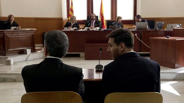 Messi và cha Jorge trong phiên điều trần diễn ra hồi tháng trước