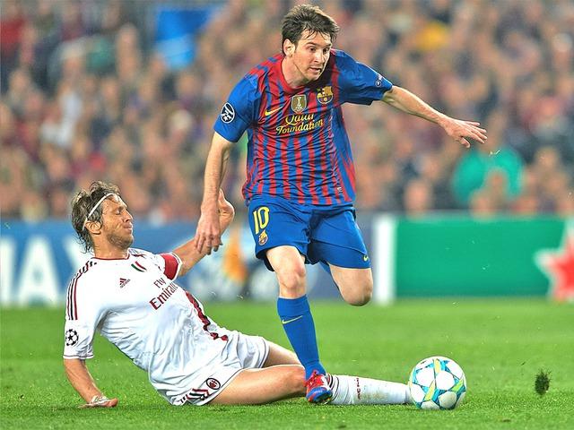 Messi năm 2012 trong cuộc đối đầu với AC Milan