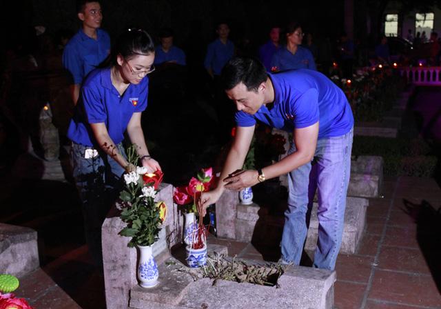 Tại các nghĩa trang liệt sĩ trên cả nước đều được các đoàn thanh niên tổ chức Thắp nến tri ân