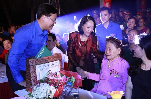 Các đồng chí lãnh đạo trung ương và Thành đoàn Hà nội tặng quà cho các bà mẹ Việt Nam, người có công với cách mạng