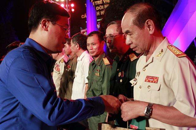 Đồng chí Lê Quốc Phong, Ủy viên dự khuyết BCH T.Ư Đảng, Bí thư thứ Nhất T.Ư Đoàn, Chủ tịch Hội Sinh viên Việt Nam tặng quà các thương bệnh binh, người có công với cách mạng