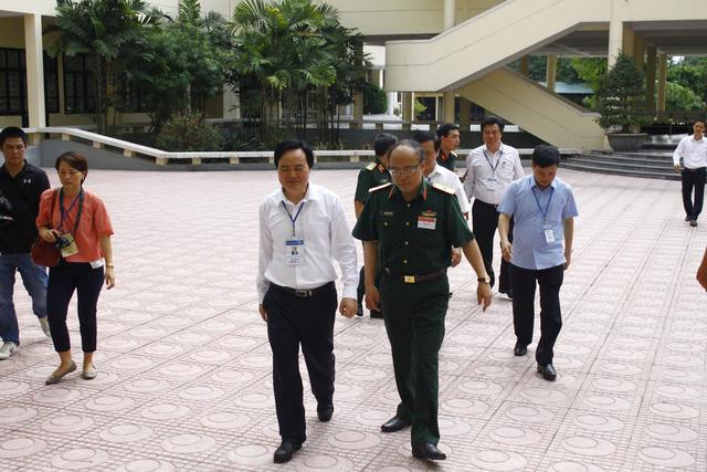 Bộ trưởng Phùng Xuân Nhạ cùng đoàn thanh tra đã đi thị sát cụm thi HV Kỹ thuật quân sự.
