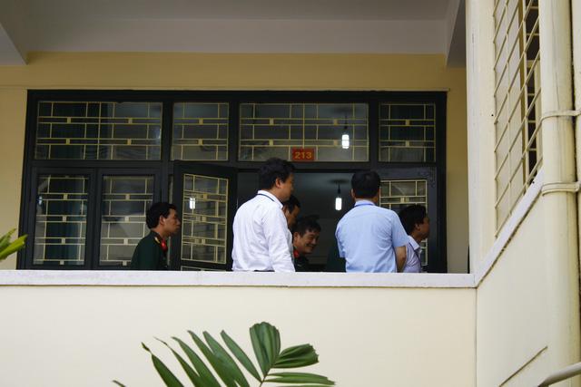 Đoàn thanh tra Bộ GD&ĐT có mặt tại một phòng thi trong buổi sáng 1/7 khi thí sinh đang làm bài môn Toán.
