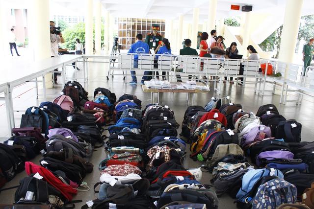 Do không được mang ba lô, túi xách vào phòng thi nên HV KTQS đã bố trí khu vực để đồ cho thí sinh.