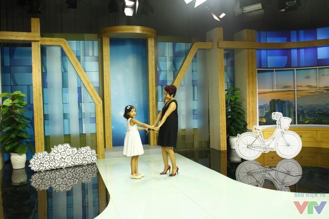 Thái Thùy Linh và bé Gạo Nếp thể hiện ca khúc Mẹ là quê hương.