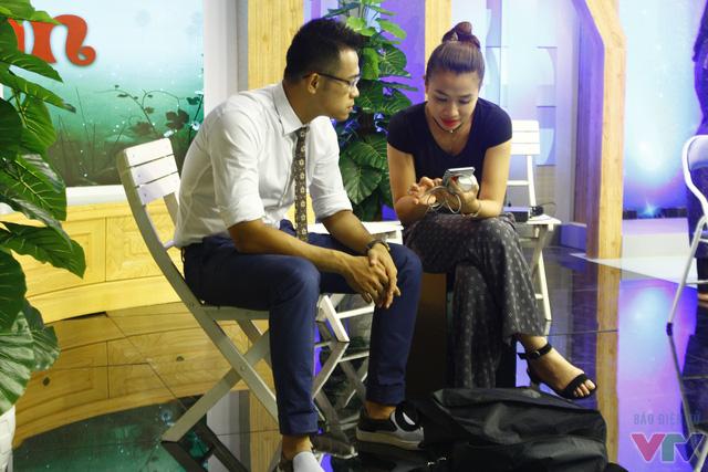 MC Vũ Trang đang chia sẻ kịch bản với MC Đức Bảo.