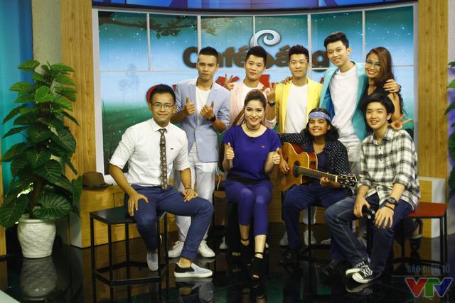 MC Vũ Trang cùng ekip chương trình Café sáng cuối tuần và khách mời.