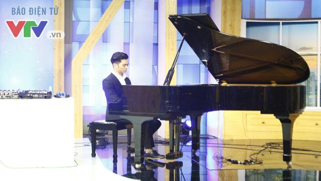 SlimV khoe khả năng chơi piano cực đỉnh. Anh cho biết mình được gia đình cho học đàn từ nhỏ.